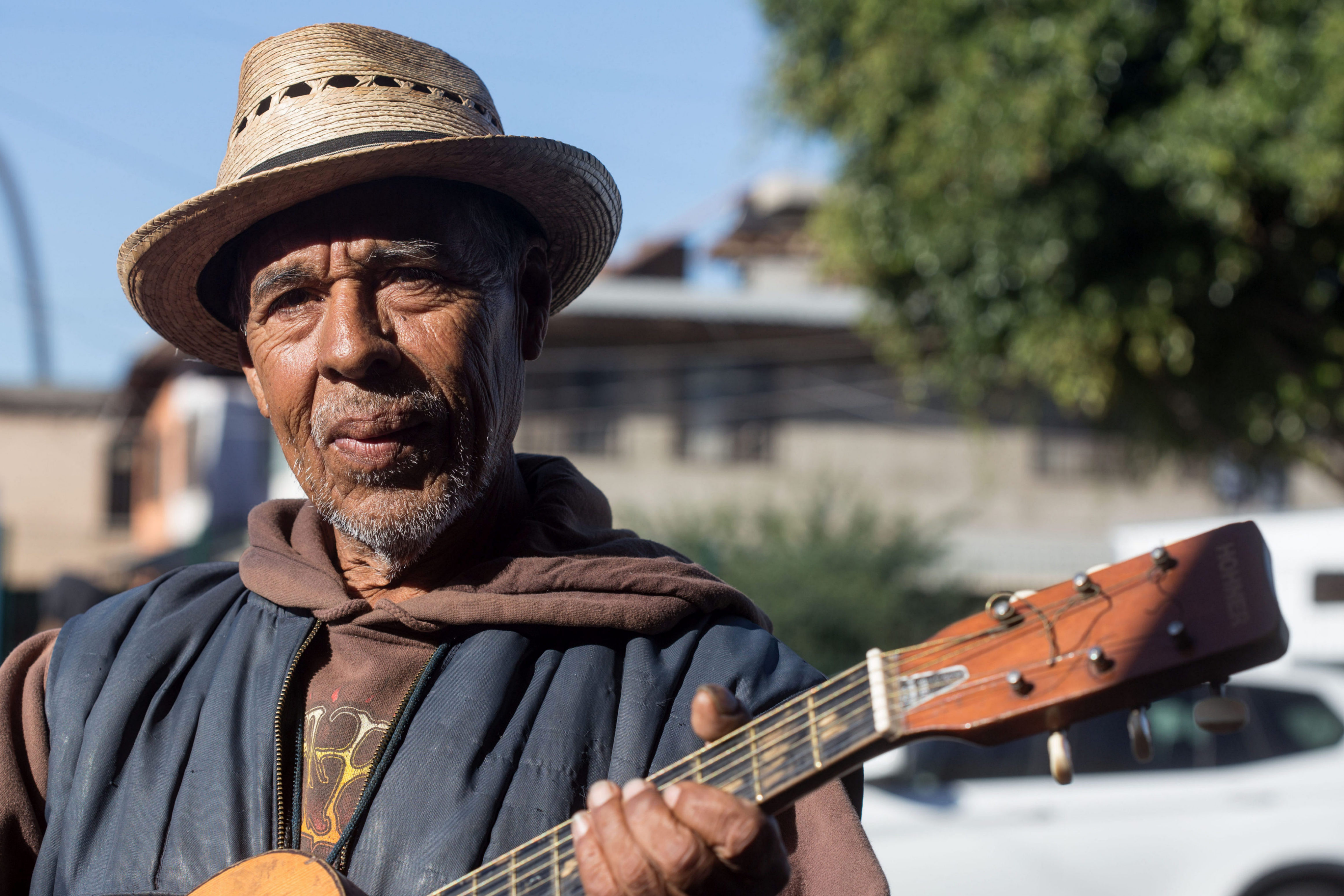 A busker outside Padre Chava soup-kitchen in Tijuana, Mexico. © Guillermo Arias, 2016.
